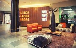 Αίθουσα εισόδων στο σύγχρονο ξενοδοχείο Στοκ φωτογραφία με δικαίωμα ελεύθερης χρήσης