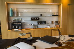 Αίθουσα εκθέσεως αυτοκινήτων Rolls-$l*royce στο εργοστάσιο αυτοκινήτων Goodwood Στοκ εικόνα με δικαίωμα ελεύθερης χρήσης