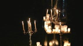 Αίθουσα δεξίωσης γάμου με το ντεκόρ συμπεριλαμβανομένων των κεριών απόθεμα βίντεο