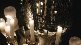 Αίθουσα δεξίωσης γάμου με το ντεκόρ συμπεριλαμβανομένων των κεριών φιλμ μικρού μήκους
