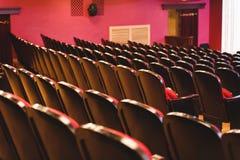 Αίθουσα θεάτρων για τους επισκέπτες με τις όμορφες καρέκλες των burgundy-κόκκινων καρεκλών βελούδου πριν από την επίδειξη στοκ εικόνα με δικαίωμα ελεύθερης χρήσης