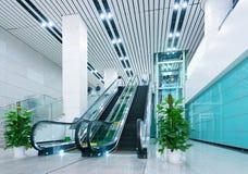 Αίθουσα και κυλιόμενες σκάλες Στοκ φωτογραφία με δικαίωμα ελεύθερης χρήσης