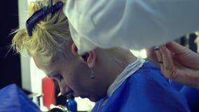 Αίθουσα ομορφιάς barbra Ο κομμωτής στιλίστων κόβει το νέο κορίτσι τρίχας Ο στιλίστας χρησιμοποιεί το ψαλίδι και μια χτένα Κινηματ απόθεμα βίντεο