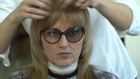 Αίθουσα ομορφιάς barbra Ο στιλίστας κάνει τον προσδιορισμό τρίχας στον πελάτη του Ο πελάτης είναι ευτυχής απόθεμα βίντεο