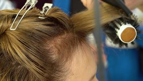 Αίθουσα ομορφιάς barbra Ο στιλίστας ξεραίνει την τρίχα στον πελάτη του Κινηματογράφηση σε πρώτο πλάνο απόθεμα βίντεο