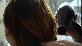 Αίθουσα ομορφιάς barbra Ο στιλίστας ξεραίνει την τρίχα στον πελάτη του Κινηματογράφηση σε πρώτο πλάνο κίνηση αργή φιλμ μικρού μήκους