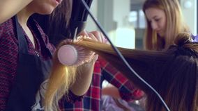 Αίθουσα ομορφιάς barbra Ο στιλίστας ξεραίνει την τρίχα στον πελάτη του Κινηματογράφηση σε πρώτο πλάνο κίνηση αργή απόθεμα βίντεο