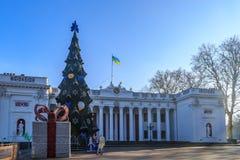 Αίθουσα πόλεων της Οδησσός με το χριστουγεννιάτικο δέντρο, τις διακοσμήσεις και Ουκρανό Στοκ Εικόνες