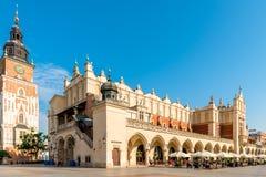 Αίθουσα πύργων και αγορές arcade στο κύριο τετράγωνο της Κρακοβίας στο Π Στοκ φωτογραφίες με δικαίωμα ελεύθερης χρήσης