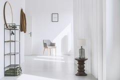 Αίθουσα στο μινιμαλιστικό άσπρο διαμέρισμα Στοκ εικόνα με δικαίωμα ελεύθερης χρήσης