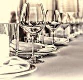 Αίθουσα συμποσίου στο εστιατόριο Έννοια: Εξυπηρέτηση Γάμος επετείου εορτασμού Στοκ Εικόνα