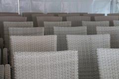 Αίθουσα συνεδριάσεων με τις κενές άσπρες καρέκλες Στοκ Εικόνα