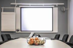 Αίθουσα συνεδριάσεων των γραφείων πριν από μια διάσκεψη στοκ φωτογραφία με δικαίωμα ελεύθερης χρήσης