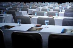 Αίθουσα συνεδριάσεων των θαμπάδων έτοιμη για μια επιχείρηση, χώροι εργασίας, γυαλιά του W στοκ εικόνες με δικαίωμα ελεύθερης χρήσης