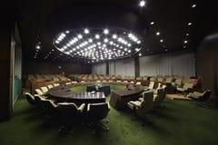 Αίθουσα συνεδριάσεων με τη διάσκεψη στρογγυλής τραπέζης και τις πολυθρόνες Στοκ Φωτογραφία