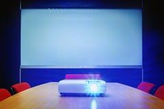 Αίθουσα συνεδριάσεων με το μπλε φως από τον προβολέα Στοκ φωτογραφία με δικαίωμα ελεύθερης χρήσης