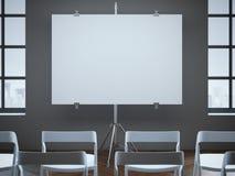 Αίθουσα συνδιαλέξεων με την κενές οθόνη και τις σειρές των καρεκλών Στοκ Εικόνα