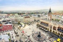 Αίθουσα υφασμάτων ` s και παλαιός πύργος του Δημαρχείου στο τετράγωνο αγοράς, Κρακοβία, Π στοκ φωτογραφία