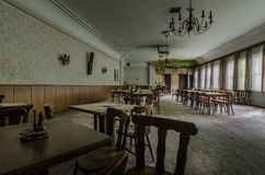 αίθουσα χορού με τους πίνακες και την πολυθρόνα στοκ φωτογραφία με δικαίωμα ελεύθερης χρήσης