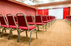 Αίθουσα Presentaion και συνεδριάσεων χρυσή ιδιοκτησία βασικών πλήκτρων επιχειρησιακής έννοιας που φθάνει στον ουρανό Στοκ Φωτογραφίες