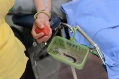 Αίματος λαστιχένια σφαίρα εκμετάλλευσης χορηγών αρσενική υπό εξέταση, δωρεά αίματος Στοκ εικόνα με δικαίωμα ελεύθερης χρήσης