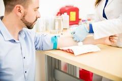 Αίμα σχεδίων γιατρών από τον ασθενή Στοκ φωτογραφία με δικαίωμα ελεύθερης χρήσης