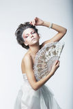 Αίνιγμα. Φαντασία. Αναδρομική γυναίκα μόδας, εκλεκτής ποιότητας ανεμιστήρας Στοκ εικόνα με δικαίωμα ελεύθερης χρήσης