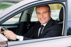 Αίσθημα άνετος στο νέο αυτοκίνητό του Στοκ Εικόνες