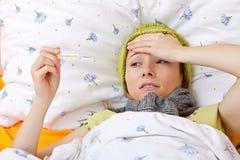 Αίσθημα άρρωστο και κατοχή του υψηλού πυρετού Στοκ φωτογραφία με δικαίωμα ελεύθερης χρήσης
