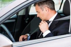 Αίσθημα ασφαλής στο νέο αυτοκίνητο στοκ εικόνες