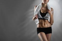 Αίσθημα κατάλληλος Θηλυκός εκπαιδευτής ικανότητας που φορά τον αθλητισμό που ντύνει την τοποθέτηση στοκ φωτογραφίες