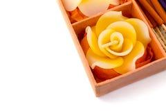 αίσθημα της ειρηνικής καθορισμένης SPA χαλάρωσης Διαμορφωμένα τριαντάφυλλα κεριά, ραβδιά θυμιάματος στο πορτοκαλί κιβώτιο Στοκ Εικόνες