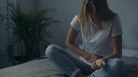 αίσθημα των άρρωστων νεολαιών γυναικών απόθεμα βίντεο