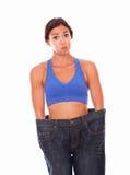Αίσθημα Brunette που ικανοποιεί με την απώλεια βάρους στοκ φωτογραφίες με δικαίωμα ελεύθερης χρήσης