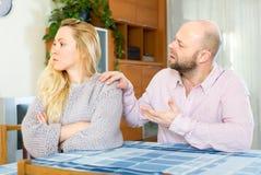Αίσθηση ομιλίας συζύγων στη σύζυγο Στοκ εικόνα με δικαίωμα ελεύθερης χρήσης