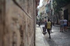 Αβάνα, Κούβα - 1 Σεπτεμβρίου 2017: Τοίχος της οικοδόμησης και οδός της Αβάνας Στοκ Φωτογραφία