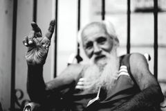 Αβάνα, Κούβα - σημάδι νίκης από τους ανάπηρους ηληκιωμένους Στοκ φωτογραφία με δικαίωμα ελεύθερης χρήσης