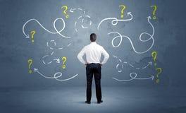 Αβέβαιος επιχειρηματίας με τα ερωτηματικά στοκ φωτογραφία με δικαίωμα ελεύθερης χρήσης