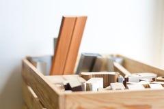 λαβές σιταριών επίπλων πορτών καφέ εξαρτημάτων Ο ξύλινος πλίνθος στοκ εικόνα
