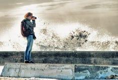 ΑΒΑΝΑ, ΚΟΥΒΑ 30 ΙΑΝΟΥΑΡΊΟΥ 2018: άνθρωποι που φωτογραφίζουν τα κύματα στο μΑ Στοκ εικόνα με δικαίωμα ελεύθερης χρήσης