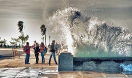 ΑΒΑΝΑ, ΚΟΥΒΑ 30 ΙΑΝΟΥΑΡΊΟΥ 2018: άνθρωποι που φωτογραφίζουν τα κύματα στο μΑ Στοκ Φωτογραφία