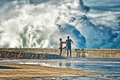 ΑΒΑΝΑ, ΚΟΥΒΑ 30 ΙΑΝΟΥΑΡΊΟΥ 2018: άνθρωποι υγροί από τα κύματα στο malec Στοκ εικόνες με δικαίωμα ελεύθερης χρήσης