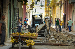 ΑΒΑΝΑ, ΚΟΥΒΑ - 31 Μαΐου 2013 κουβανικά άτομα Locan που πωλούν τα φρούτα σε Ol Στοκ φωτογραφία με δικαίωμα ελεύθερης χρήσης