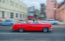 ΑΒΑΝΑ, ΚΟΥΒΑ - 20 ΟΚΤΩΒΡΊΟΥ 2017: Παλαιά πόλη της Αβάνας και περιοχή Malecon με το παλαιό όχημα ταξί Κούβα βράση στοκ φωτογραφία με δικαίωμα ελεύθερης χρήσης