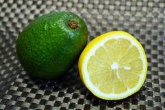 Αβοκάντο και το μισό από το λεμόνι στοκ φωτογραφία με δικαίωμα ελεύθερης χρήσης