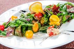 Αβοκάντο, κόκκινο φασόλι, ντομάτα, αγγούρι, κόκκινο λάχανο και σαλάτα λαχανικών ραδικιών καρπουζιών υγιές ακατέργαστο vegan κύπελ στοκ εικόνες
