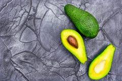 Αβοκάντο μισό στο μαύρο υπόβαθρο των ελάχιστων τροφίμων στοκ εικόνες με δικαίωμα ελεύθερης χρήσης