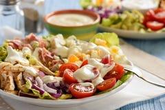 Αβοκάντο, ντομάτες, μπέϊκον, κοτόπουλο και κρεμμύδι σαλάτας cobb- στοκ εικόνες