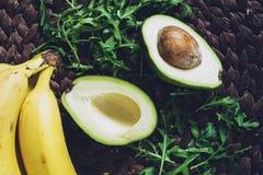 Αβοκάντο, πράσινες σαλάτα και μπανάνες Επίπεδος βάλτε Στοκ Φωτογραφίες