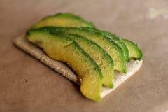 Αβοκάντο στο tost με το άλας και το έγγραφο Σάντουιτς Στοκ Εικόνα